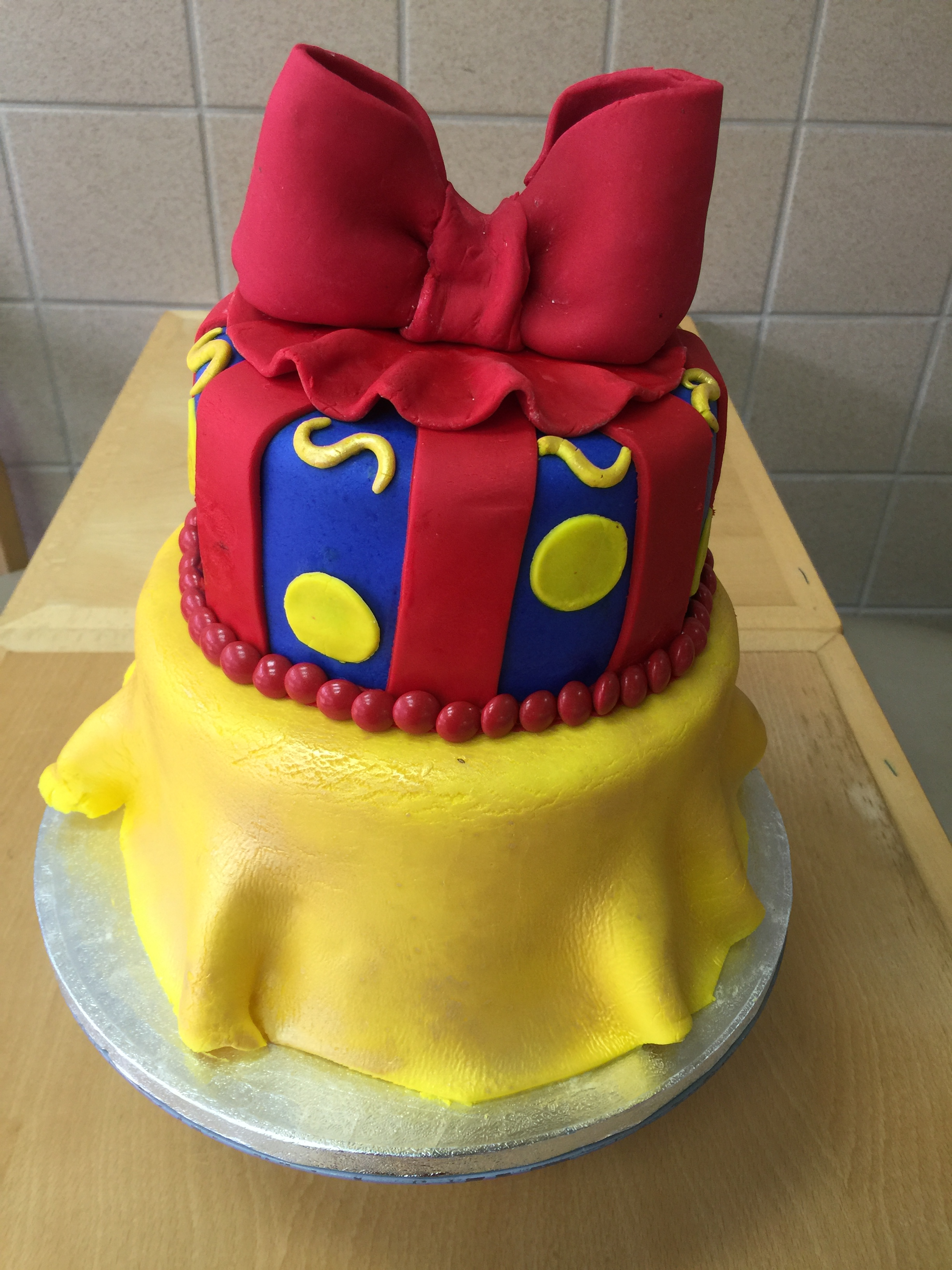 Pleasing Snow White Themed First Birthday Cake Wild Berries Bakery And Cafe Funny Birthday Cards Online Alyptdamsfinfo